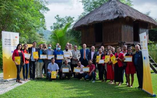 """O PFMO """"OSAN POVU NIAN, JERE HO DI'AK"""" em conjunto com o Parlamento Nacional realizou a cerimónia de encerramento e entrega de certificados aos técnicos de apoio das Comissões"""
